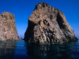 Einer der vulkanischen Felsen am Kap Vani (c) Tobias Schorr