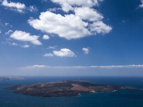Die Vulkaninsel Santorin ist ein Archipel aus mehreren Inseln. Hier blickt man auf die jüngste Insel Griechenlands, den aktiven Vulkan Nea Kameni, der zuletzt 1950 ausbrach. (c) Tobias Schorr